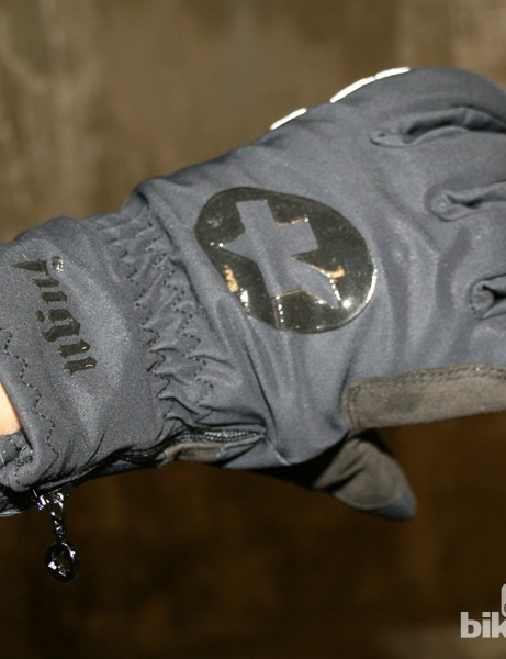 Assos Fugu gloves: winter warmth from the Swiss clothing masters