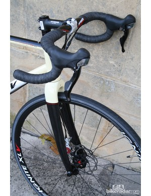 The Viaje's fork is a carbon tapered model but doesn't get the internal routing of the Liscio's fork