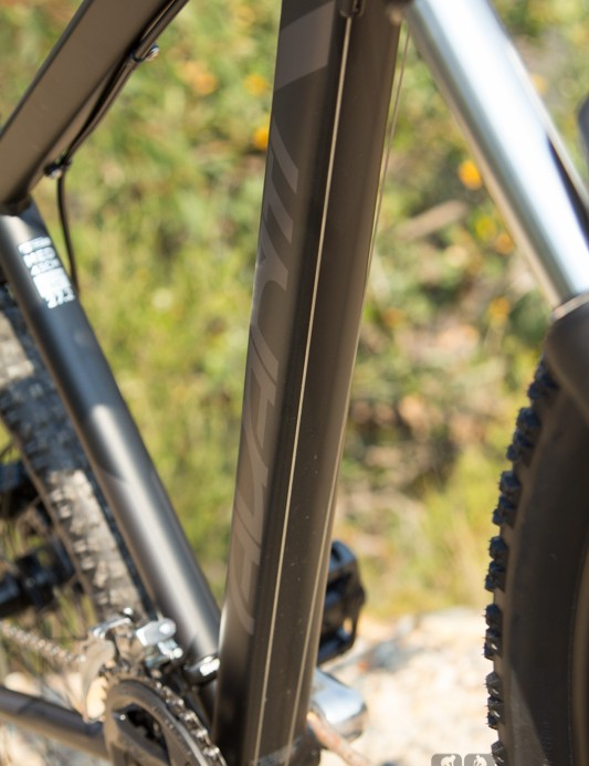 The Avanti Montari 27.2 runs exposed gear cables along the down tube