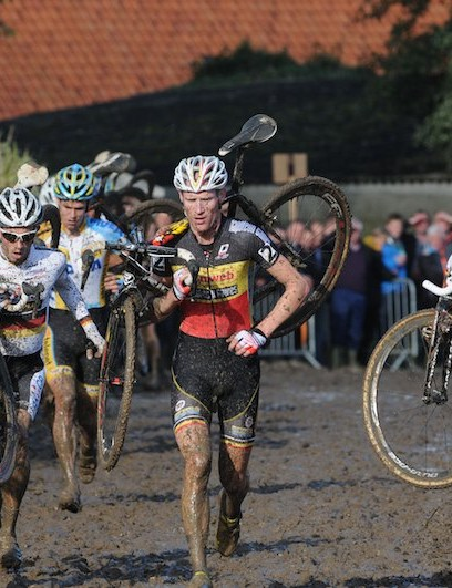 The Kermiscross was centred on the town of Ardooie and its surrounding muddy fields. Klaas Vantornout moved in to the lead on this 100m running section