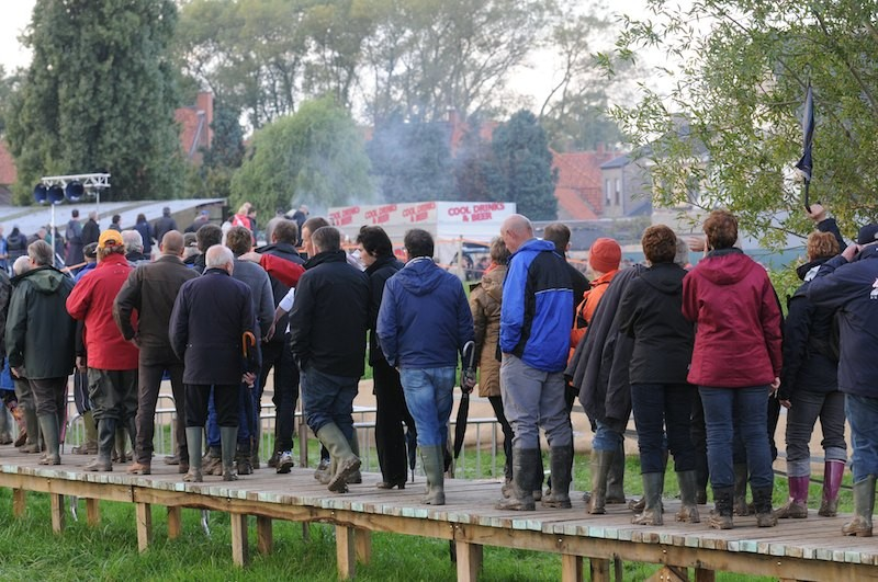 The knowledgable, be-wellied and well-lubricated crowd make their way back to town via more food vans