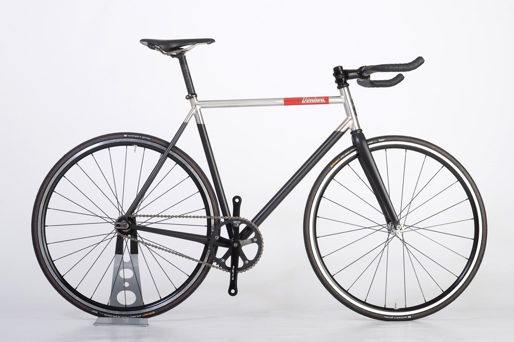 Tom Donhou built this bike for a photographer and is designed to evoke a Leica camera