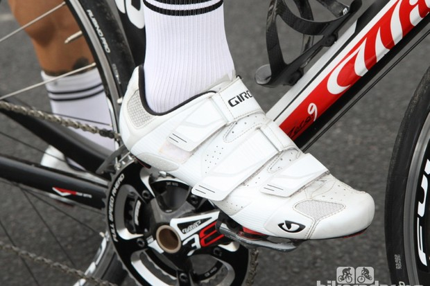 Giro Superlight SLX: Our sample 45 size weighed 243g with the medium insole attached. The right shoe had a long middle strap - a factory error that Giro said would certainly be covered by warranty should something like this slip through to a consumer