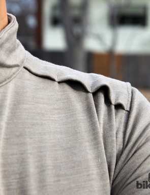 Clever shoulder vents are built into the Giro New Road LS Ride Jersey