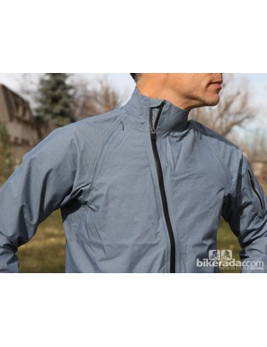 The Giro New Road Waterproof Jacket is built with an asymmetrical main zipper and hidden shoulder vents