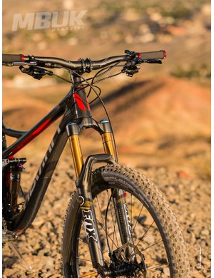 A Kashima-coated, 140mm (5.5in) travel Fox 34 CTD fork tackles the bumps up front