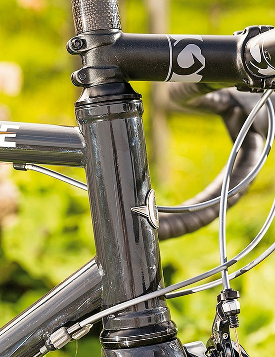 The straight head tube houses a fork with a tapered steerer