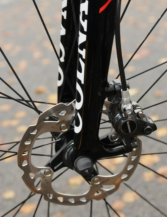 Shimano's ST-R785 hydraulic disc caliper, 140mm rotor and Colnago's carbon disc fork