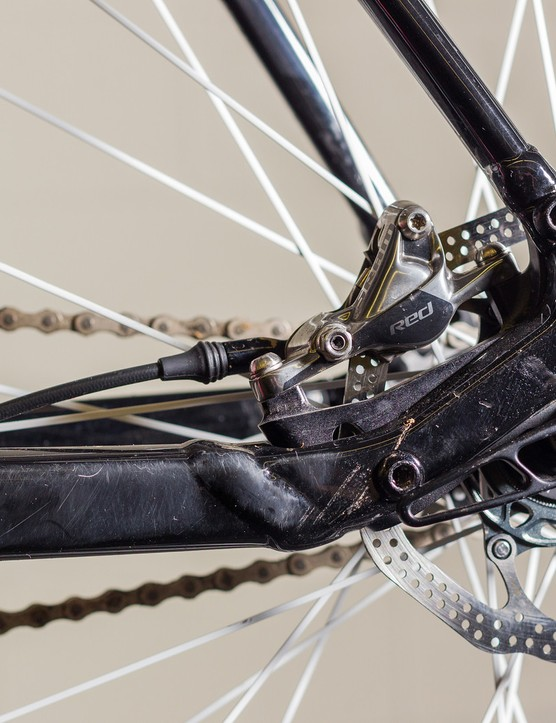 As on the geared, production version, the rear brake caliper is tucked away inside the rear triangle, but here it's affixed to the rockered rear dropout to maintain constant alignment with the hub