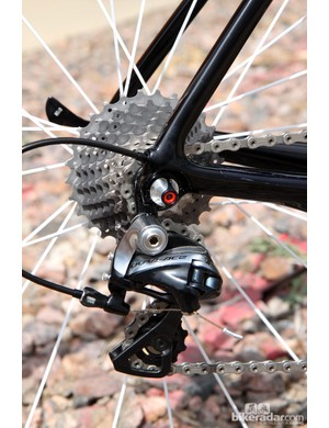 The Shimano Dura-Ace 9000 rear derailleur is fixed to a replaceable aluminum hanger. Dropouts are made of carbon fiber