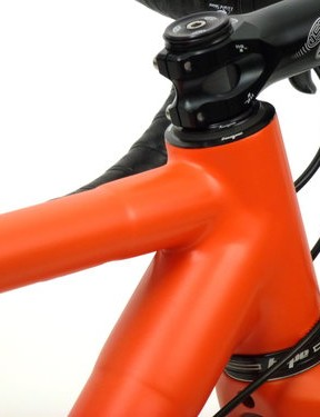 The short head tube is a response to the general industry trend that favours a long head tube. Consequently, steering is said to be keen
