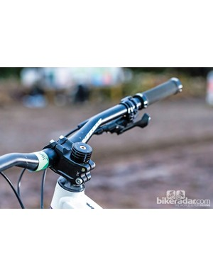 The Dominer 2 is fitted with a decent 750mm bar and stubby 45mm stem, which help improve control while descending
