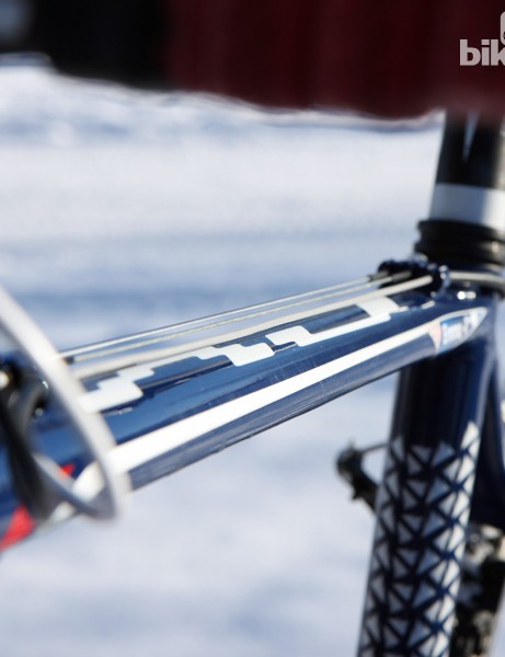 Traditional top tube routing makes for quick cable replacements