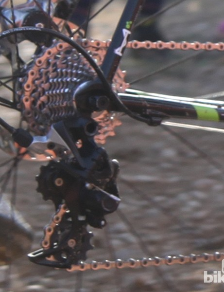 While the XX1 rear derailleur incorporates a friction-reducing pulley, the SRAM CX1 rear derailleur instead features a traditional barrel adjuster