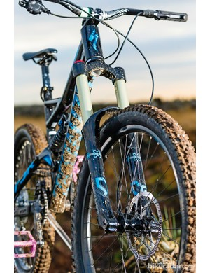 The single crown X-Fusion Vengeance fork offers 170mm travel. For £500 more, the Status 2 has a 200mm triple-clamp model