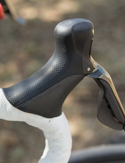 The Shimano Dura-ace 9070 Di2 shifter hoods is where Voigt spends much of his time