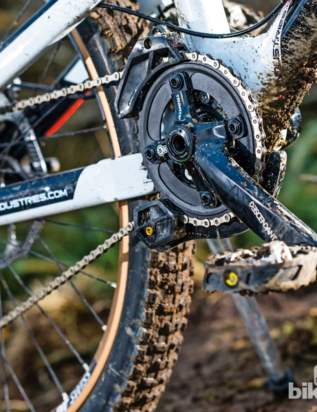 The single-ring Truvativ Descendant cranks have a Press-Fit 30 axle. Out back, there's an e*thirteen chainguide with bashplate