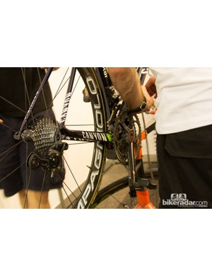 A Movistar mechanic replaces a chain. Mechanics replace chains regularly to prevent wear to other drive components