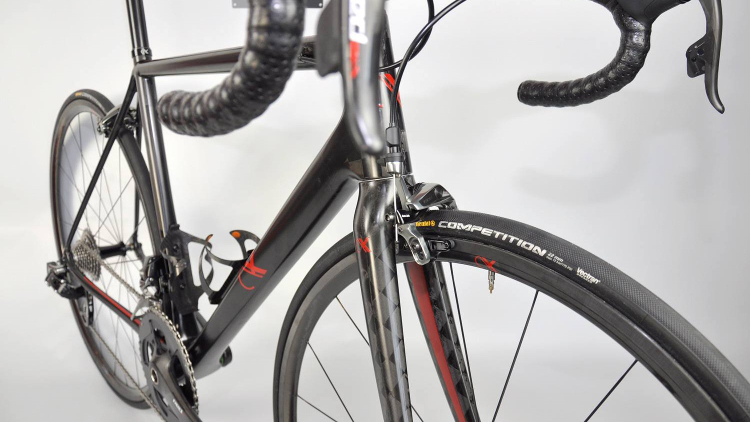 The SRAM Red eTap build uses no gear cable ports or guides