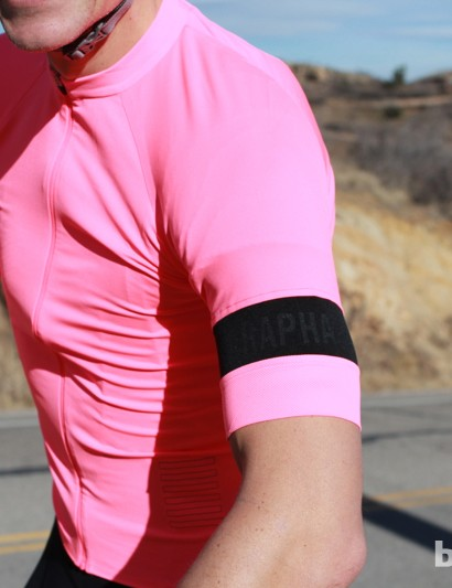 Mesh arm bands keep the arms in place without constriction or the bunched-up look that comes with an elastic band