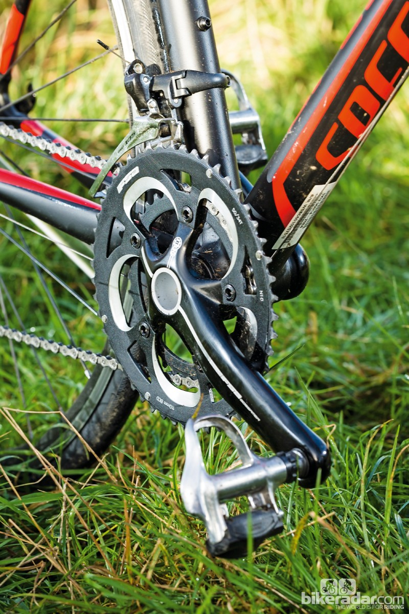 The Allez Race C2 has a BB30 bottom bracket and a 10-speed Shimano 105 groupset