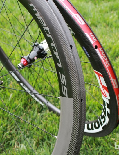 The Metron wheels come in clincher and in tubular versions with black or red/white graphics