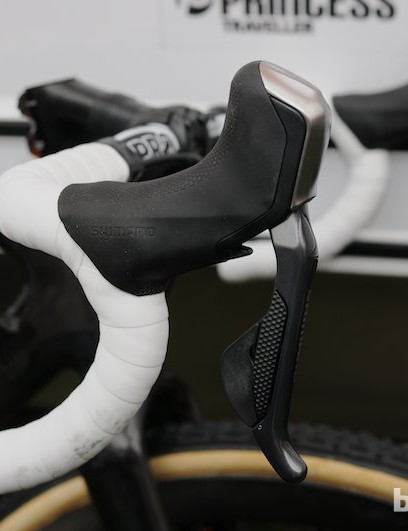 Vos has fully embraced disc brakes, running Shimano's Di2 R785 hydraulic system