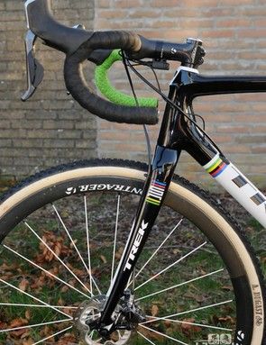 As highlighted by the half green, half black bar tape, the frame uses contrasting colours on each side