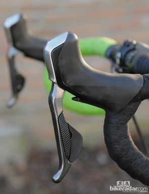 The Shimano R785 Di2 hydraulic brake and shift levers have very clean, neat lines