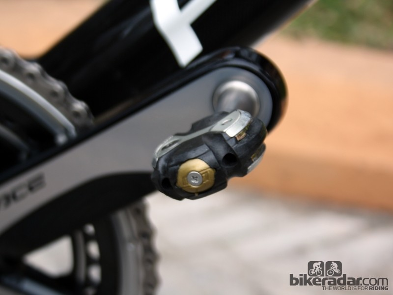 Ultra light Speedplay Nanogram pedals also supposedly help with Wiggins' knee problems