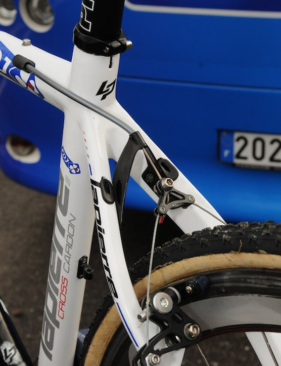 Lapierre's only top-end 'cross bike is designed to run either cantilevers or discs, with universal cable routing