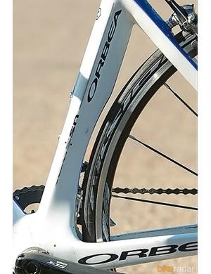 A cutaway seat-tube hugs the rear wheel for optimum airflow