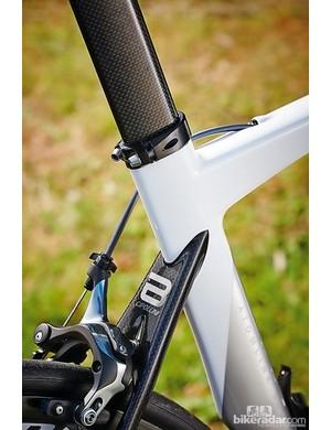 The flattened seatstays meet the teardrop-shaped seat tube as a monostay above the rear wheel cutout