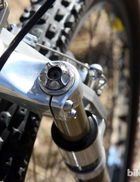 Despite its limited travel, the Specialized S-Works Futureshock FSX was highly adjustable for its time. The air preload was adjustable with a low-pressure pump and special needle inserted through a rubber valve, damping was tuned via the external adjuster knobs or oil viscosity, and even spring rate could be tuned by raising or lowering the oil height inside