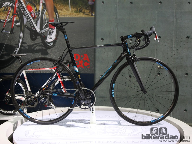 SwiftCarbon showed off its new ultralight SCULP road bike, built by AX-Lightness and displayed here with a high-end build kit to yield a 4.49kg (9.90lb) finished package