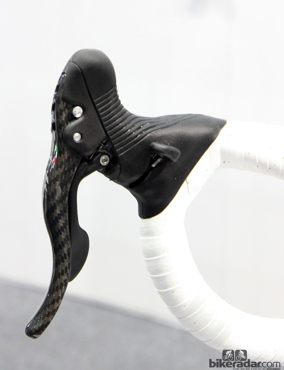 We expected that the thumb paddles on the new Campagnolo Super Record RS Ergopower levers would have been offset lower as on the company's EPS levers, but they look to be in the standard location here