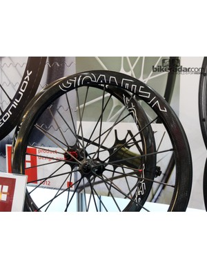 These Gigantex carbon road wheels feature rounded-profile rims and carbon fiber spokes that are fixed with non-adjustable aluminum nipples