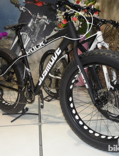 JoyMove hit both trends of the show with the disc road and this Rock & Roll fat bike