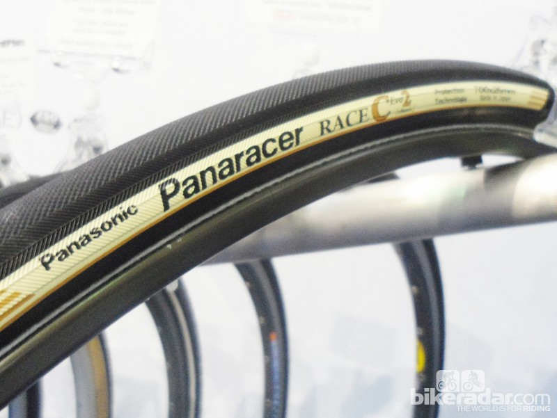 The Race type C Evo2 tubular now comes in a pavé friendly 26mm diameter. The outer uses the ZSG dual compound rubber with puncture protection and, inside of the tubular, it is now using the super light R'Air tubes