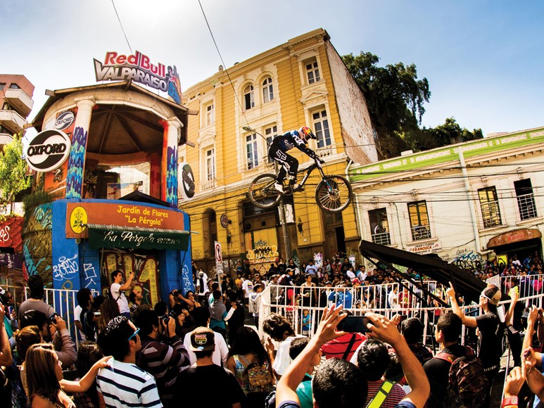 Marcelo Gutierrez of Colombia wows the crowds at the Valparaiso Cerro Abajo
