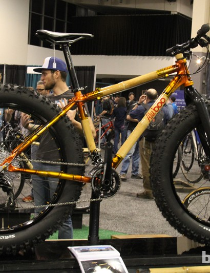 Boo Bicycles combines carbon or aluminum with bamboo maintubes, this particular AluBoo belongs to the company painter