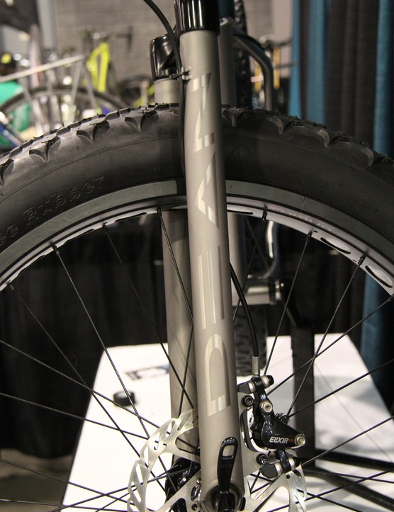 Dean uses an MRP (formerly White Brothers) aluminum crown and presses in its own titanium fork legs to make the fat bike fork
