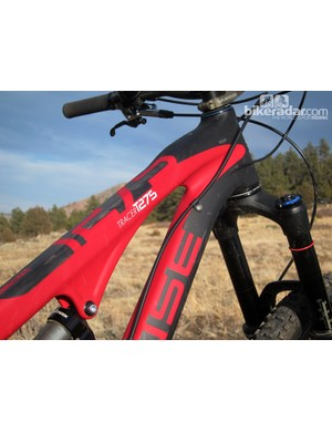 While Intense says the Tracer T275 Carbon isn't just a composite version of the aluminum Tracer, the frame tubes still use similar shaping