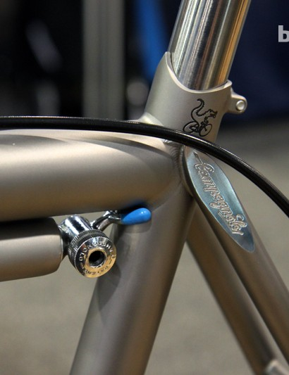 While one seat stay cap has the Moots logo machined into its surface, this side gets the script Campagnolo font. And yes, that's a Campagnolo head on the custom titanium Silca frame pump