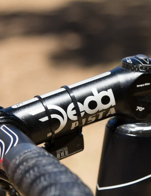 Hansen uses Deda's Zero 100 handlebars and Zero 100 Pista stem. This stem provides a steep drop for a lower position