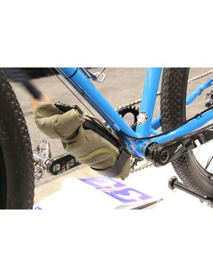 The water bottle cage on the underside of the downtube is equipped with a tool roll