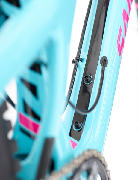 Carbon tubes molded within the Nomads frame guide the cables through the front triangle