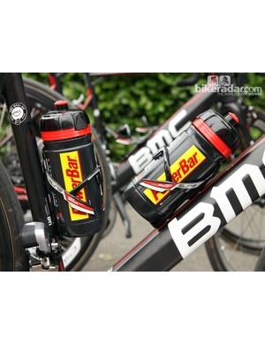 Elite's Sior Mio bottle cages feature small metal clips that actively pull the fiber-reinforced plastic arms together