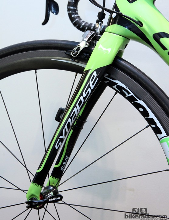 The Cannondale Synapse Hi-Mod fork uses similar shaping to the stays, plus the legs have a more pronounced rake to provide more flex over bumps. Rearward-reaching dropouts maintain proper geometry, though