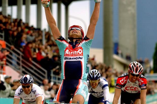 Magnus Bäckstedt winning Paris-Roubaix in 2004